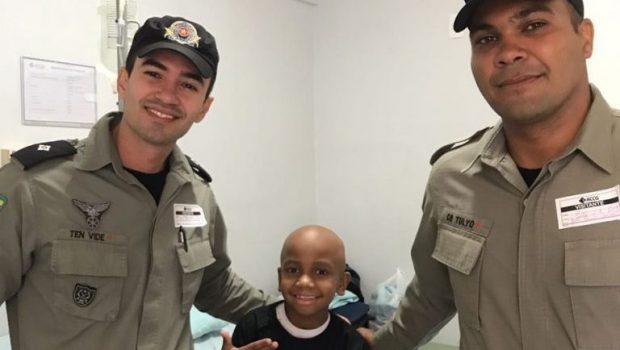 Policiais militares fazem surpresa a criança em tratamento contra o câncer, em Goiânia