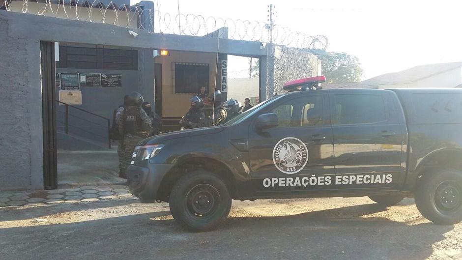 Polícia Civil prende vigilantes temporários suspeitos de darem festas no presídio de Inhumas