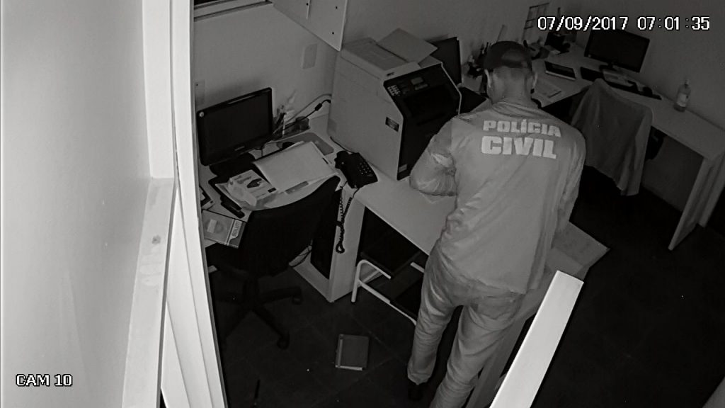 Bandidos usando camisa da Polícia Civil de Goiás assaltam clínica no Setor Marista