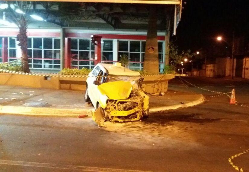 Colisão com mureta deixa um morto e um ferido na Avenida Anhanguera, em Goiânia