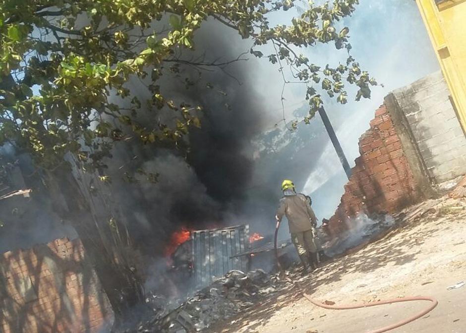 Incêndio destrói fábrica de rodos no Jardim Guanabara, em Goiânia