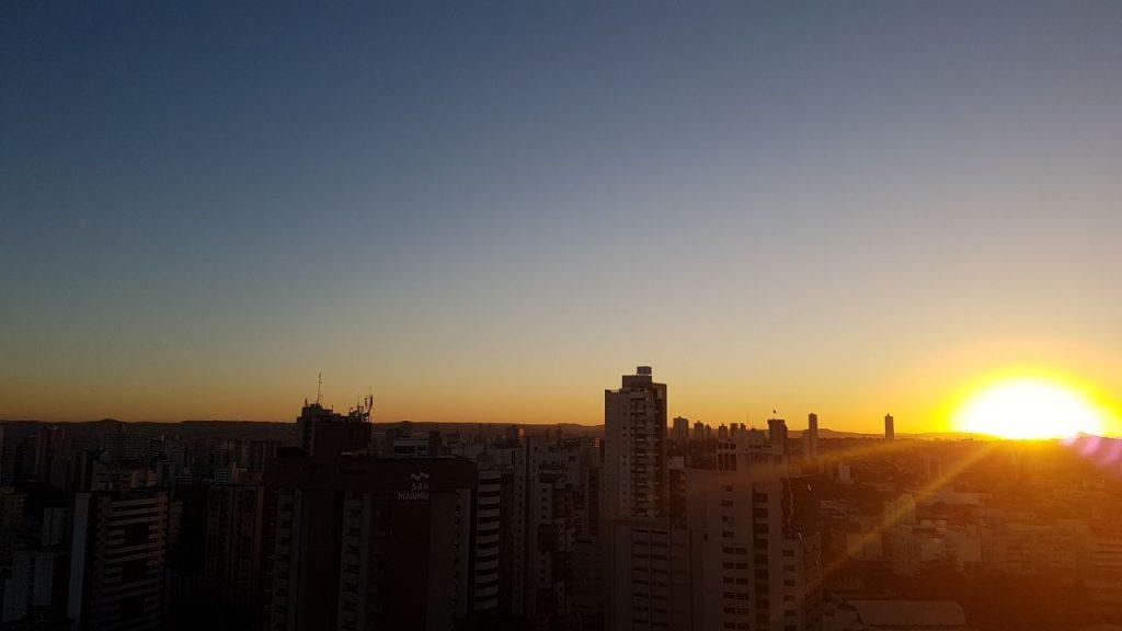 Quarta-feira com céu claro e poucas nuvens em Goiás