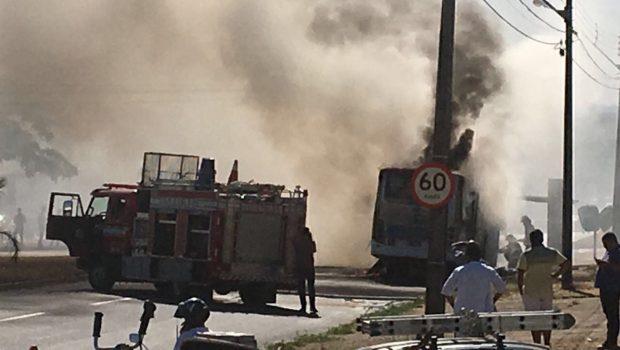 Ônibus pega fogo na Avenida Transbrasiliana, em Goiânia