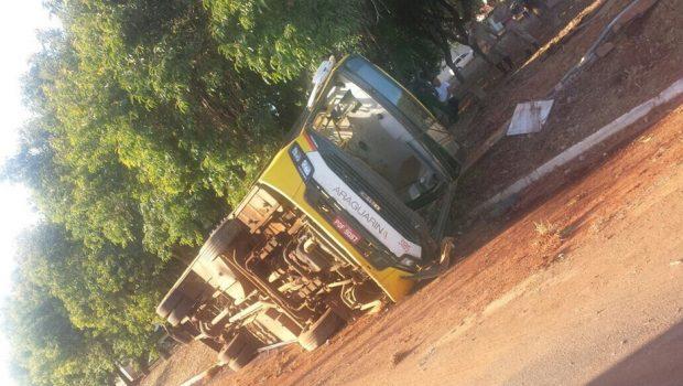 Ônibus tomba em avenida do Setor Faiçalville, em Goiânia
