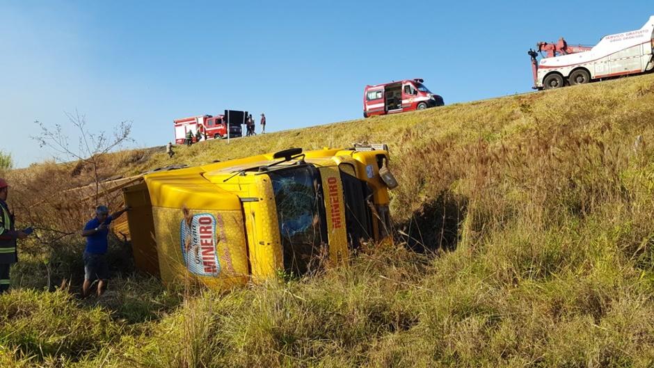 Condutor morre após ser arremessado para fora do veículo na BR-153, Morrinhos