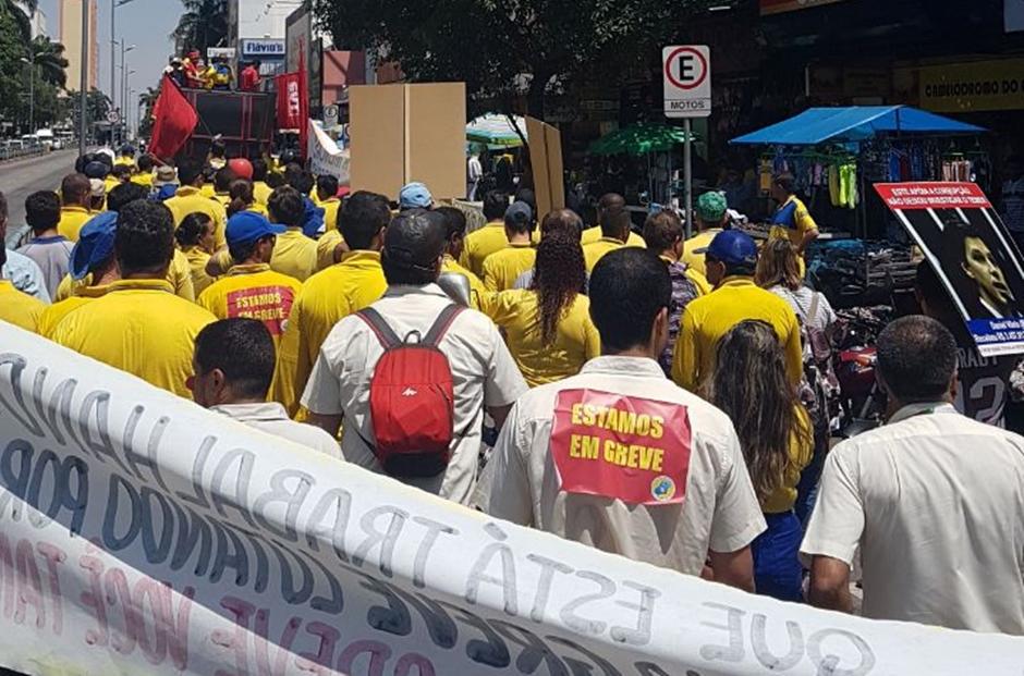 Em greve, trabalhadores do Correios protestam em Goiânia