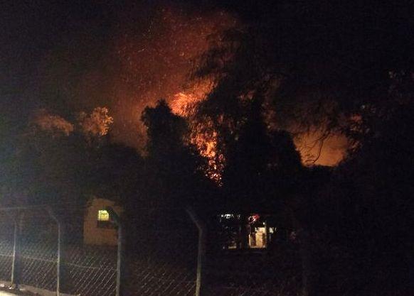 Bombeiros combatem incêndio no Parque Ecológico de Morrinhos