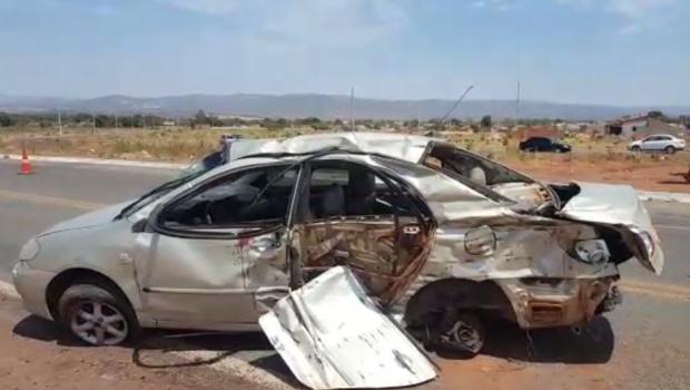 Colisão entre carreta e carro de passeio mata pai e filho, na BR-158