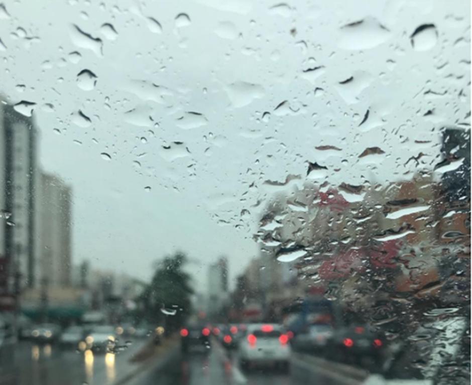 Chuva aparece depois de quatro meses e complica o trânsito em Goiânia