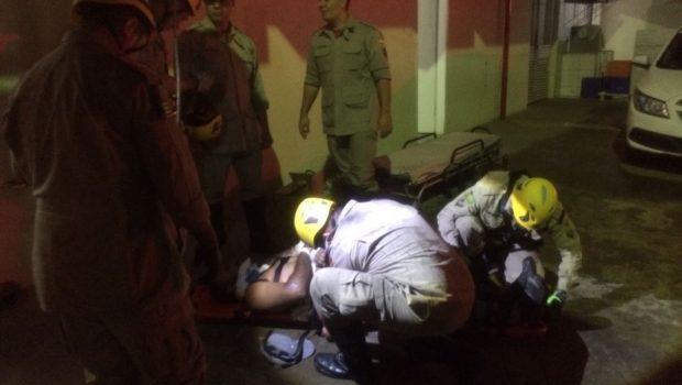 Bombeiros resgatam trabalhador que caiu do telhado do HMI, em Goiânia