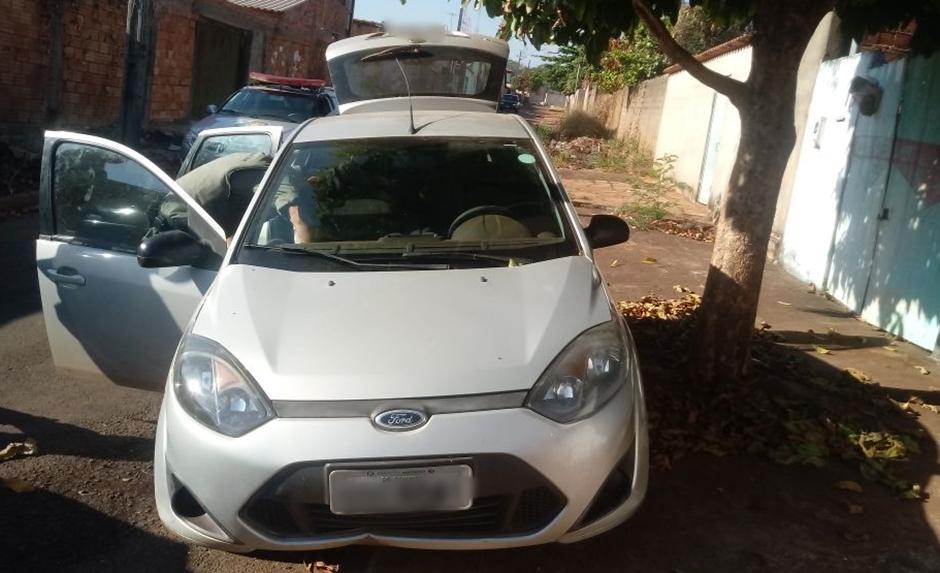 Carro roubado é recuperado e dois homens são presos, no Jardim Petrópolis