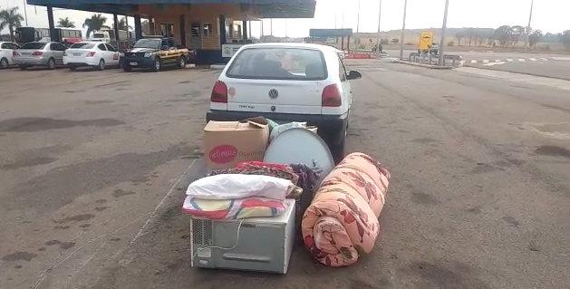 PRF flagra casal transportando criança de três anos em meio a itens de mudança