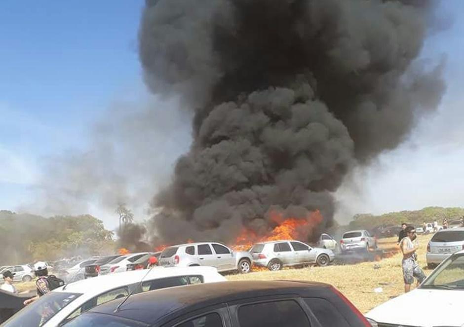 Carros pegam fogo em estacionamento da festa Playground