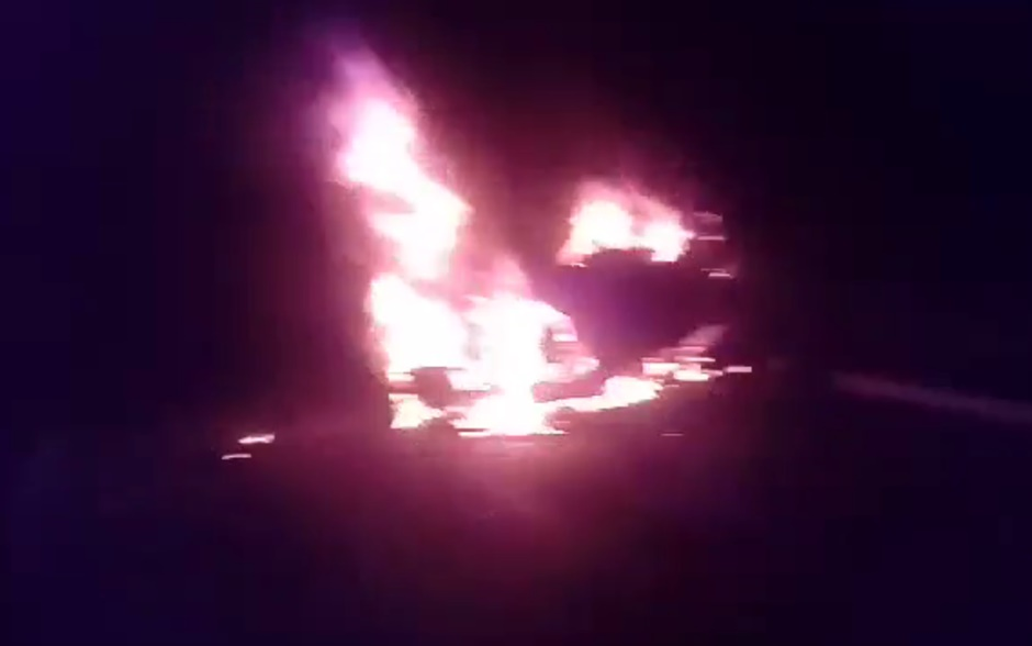Carro capota, pega fogo e uma pessoa morre carbonizada em Aparecida de Goiânia