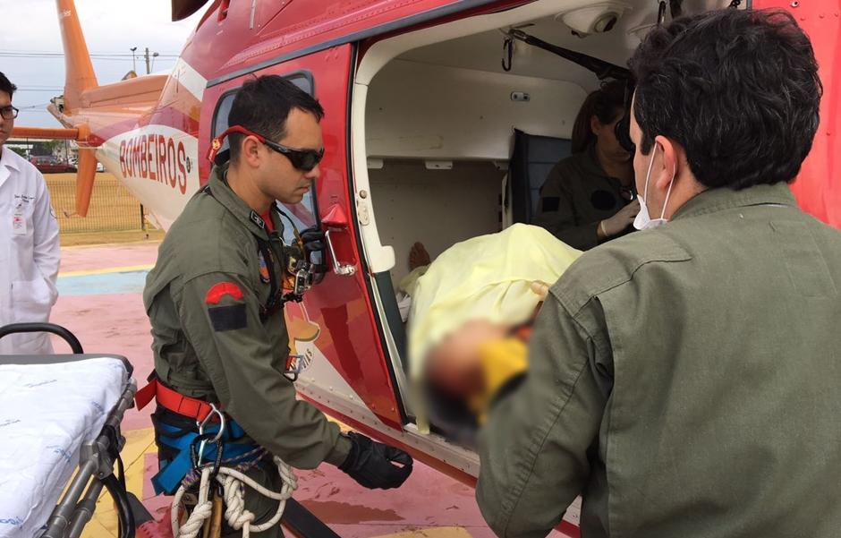 Bombeiros resgatam homem vítima de choque elétrico, em Leopoldo de Bulhões
