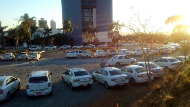 Taxistas fazem manifestação contra a demora na regulamentação de aplicativos
