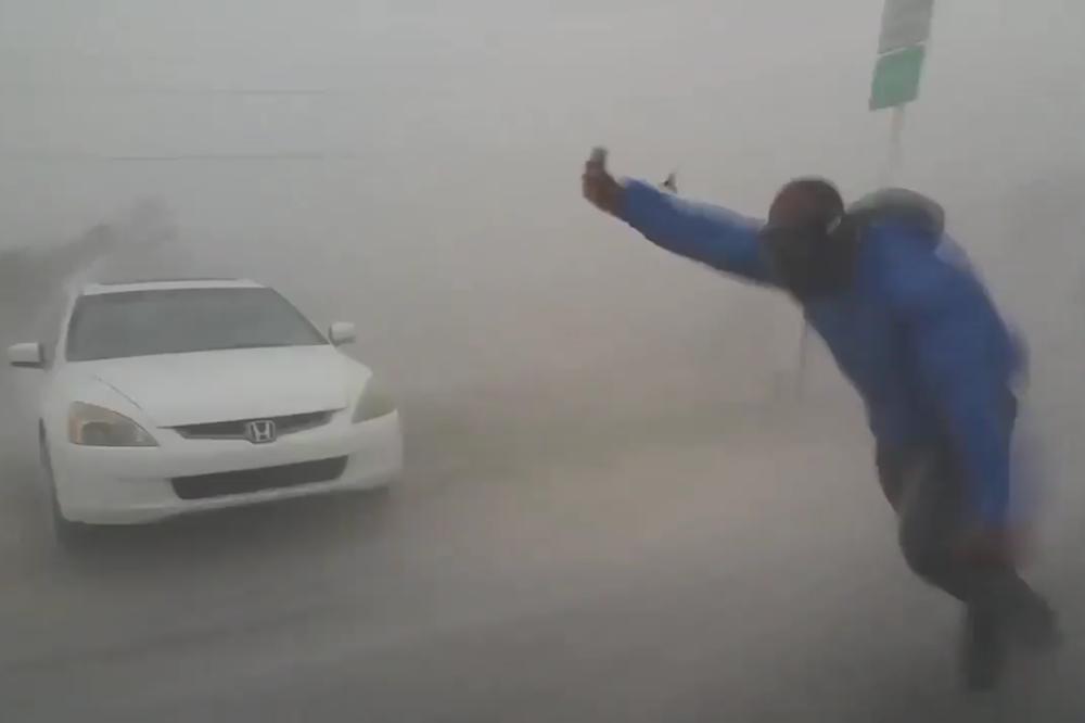 Vídeo mostra meteorologista Juston Drake sendo arrastado pelo vento do Furacão Irma, em Key West
