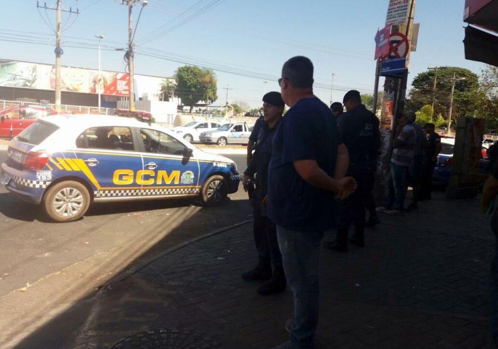 Guarda Civil realiza operação para retirada de ambulantes da Rua 44