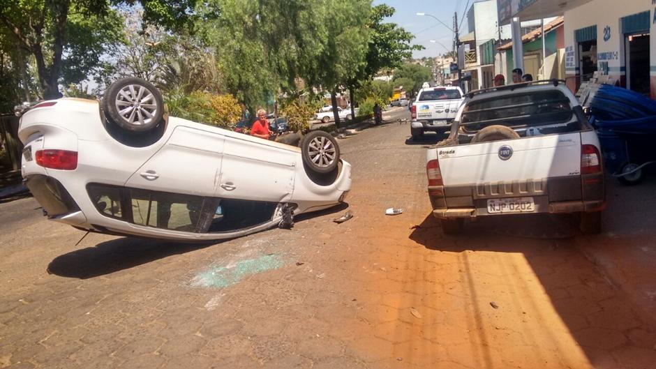 Adolescentes capotam carro roubado em Goianápolis