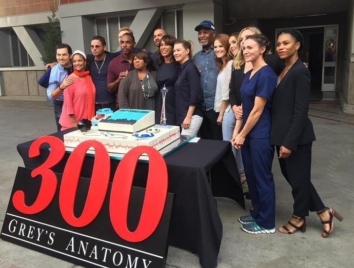 'Grey's Anatomy' chega a 300 episódios e elenco comemora no set