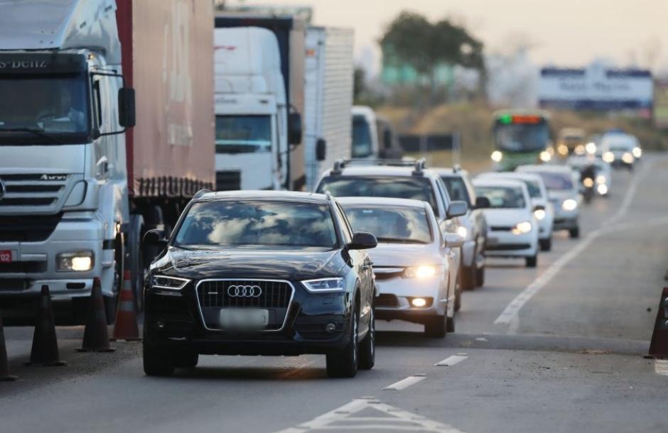 Em perímetro urbano, motoristas não podem ser autuados por farol apagado em rodovias