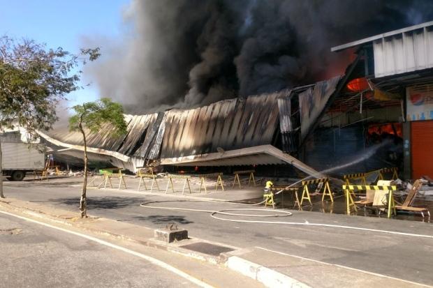 Bombeiros combatem incêndio em pavilhão da Ceasa Minas, em Contagem (MG)