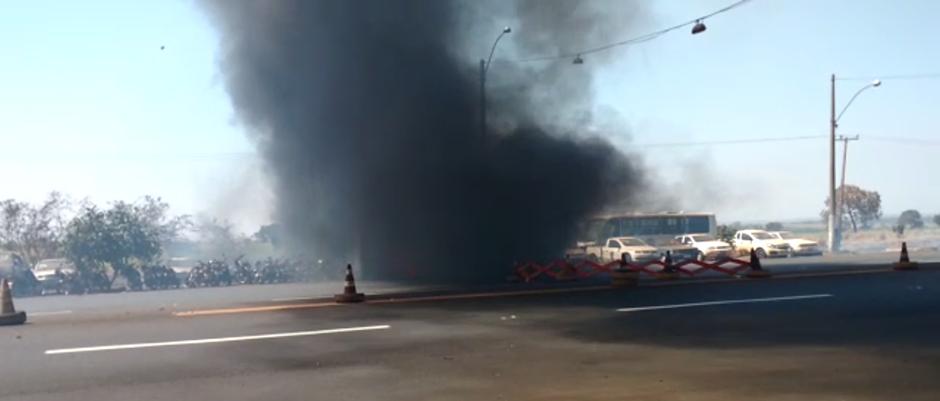 Nove veículos são destruídos por incêndio em pátio da PRF, em São Simão