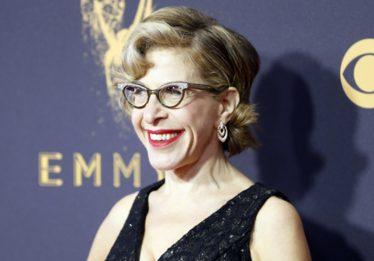 Jackie Hoffman é filmada gritando insultos por não levar prêmio no Emmy