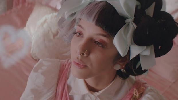 Melanie Martinez embarca no País das Maravilhas no clipe de 'Mad Hatter'