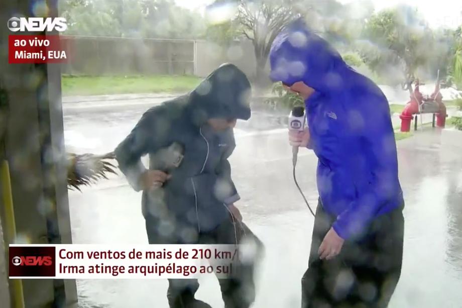 Furacão Irma rasga calça de jornalista que estava ao vivo na GloboNews