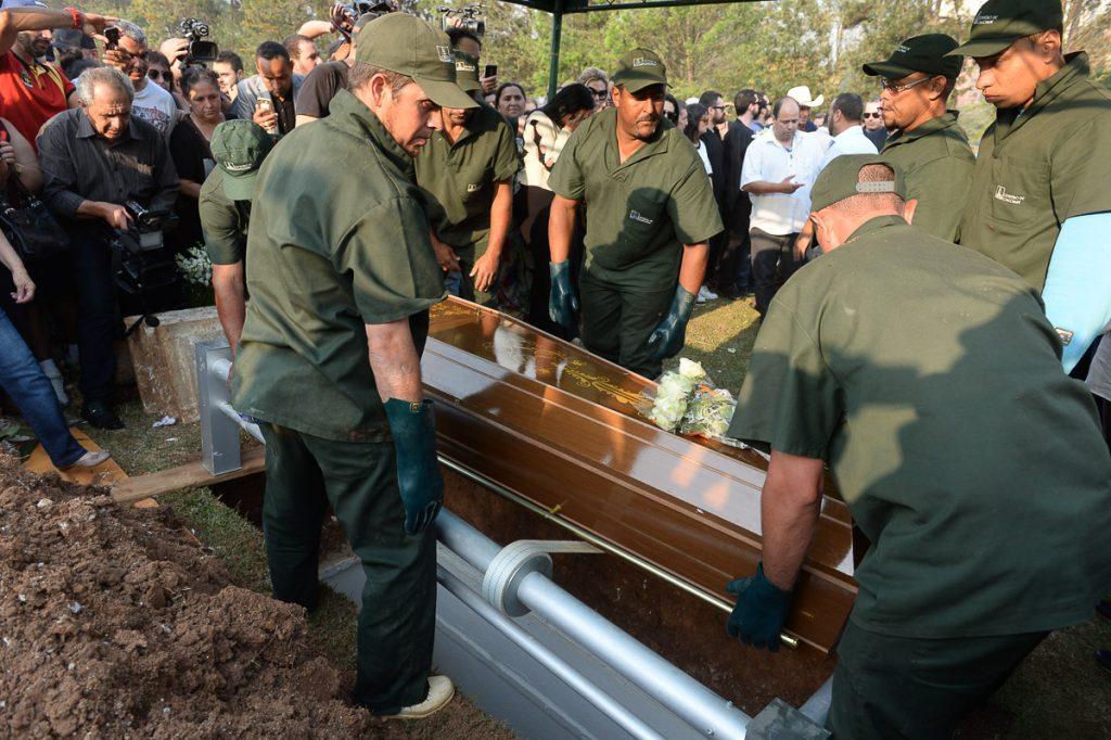 Corpo do jornalista Marcelo Rezende é sepultado em São Paulo; veja fotos