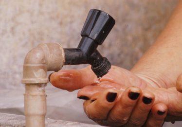 Projeto prevê descontos em contas de água e energia em caso de falta de fornecimento