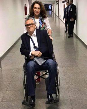 De cadeira de rodas, Caidado vai ao Senado e vota a favor do afastamento de Aécio