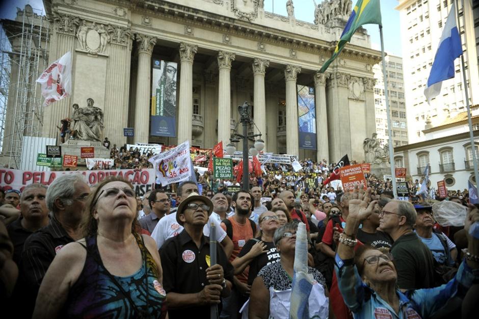Fazenda paga R$ 1 bilhão em salários atrasados dos servidores públicos do Rio