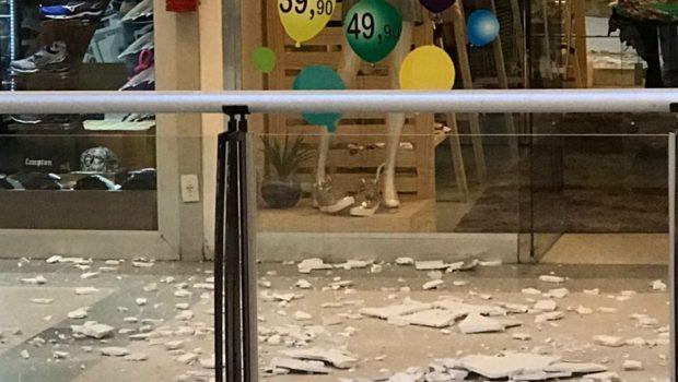 Gesso de teto desaba e assusta frequentadores de shopping em Aparecida de Goiânia