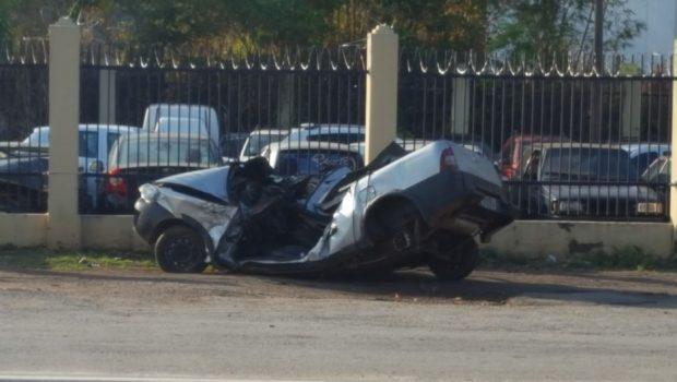 Carro bate em meio fio, salta dois metros de altura, colide com árvore e condutor morre na BR-153