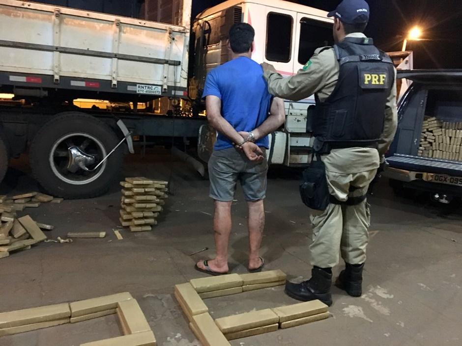 Motorista é preso com cerca de 2,5 toneladas de drogas e munições em Jataí