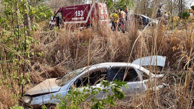 Mulher morre após ser arremessada para fora de carro em acidente, em Formosa