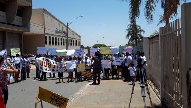 Grupo protesta contra soltura de homem que causou acidente na Avenida Rio Verde