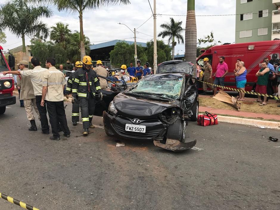 Acidente deixa duas pessoas feridas na Avenida dos Alpes, em Goiânia
