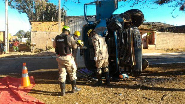 Dois homens morrem após caminhão bater em árvore, em Planaltina