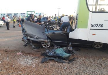Motorista morre após colidir carro na traseira de ônibus coletivo na GO-070