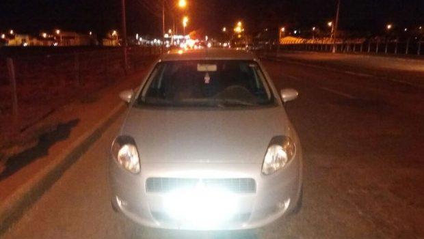 Veículo é recuperado cinco minutos após o roubo, em Goiânia