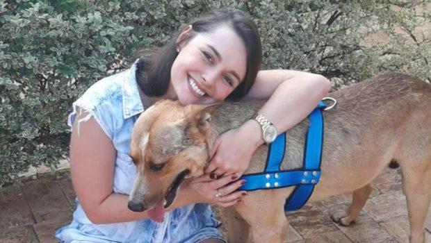 Casal adota cão que deitou no vestido da noiva em pleno casamento