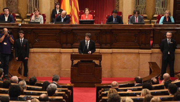 Catalunha declara independência à Espanha, mas suspende efeitos para abrir diálogo