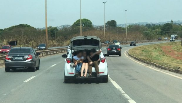 Imprudência: três pessoas são transportadas em porta-malas na BR 060
