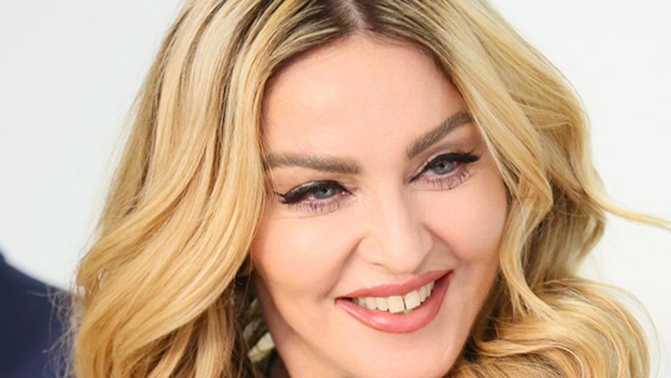 Com seio parcialmente à mostra, Madonna lamenta falta de amigos em Lisboa