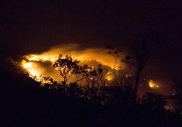 Incêndio continua devastando a Chapada dos Veadeiros