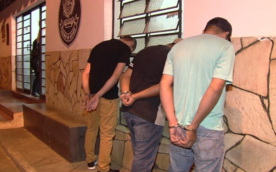 Três homens são presos após serem flagrados usando drogas com adolescentes em motel