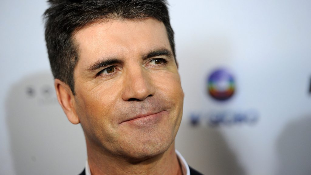 Simon Cowell é hospitalizado após cair de escada em sua casa